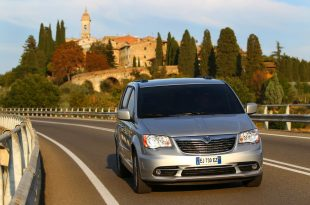 Chrysler-Town-Country-2012-1