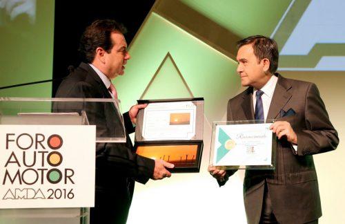 Guillermo Prieto, titular de la AMDA, entrega reconocimiento al funcionario.