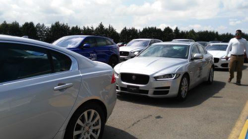 Desfile de lujosos vehículos ingleses.