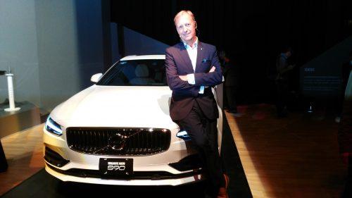Torben Eckardt, director general de Volvo, con la nueva figura de la marca. (Fotos: cortesía Volvo).