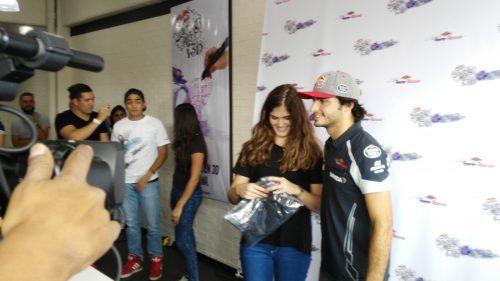 El piloto de Toro Rosso posó con la ganadora del concurso.