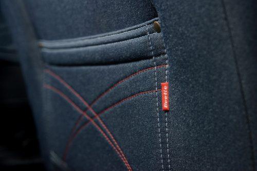 Bolsas en los respaldos con imitación de jeans.