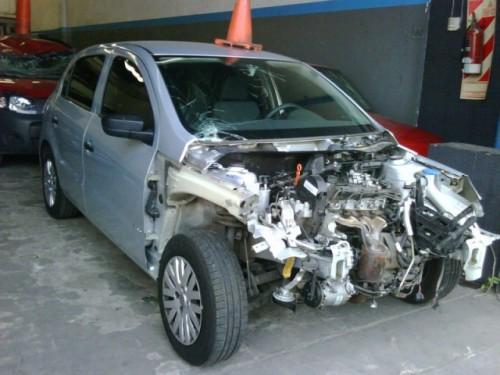 VW Gol chocado