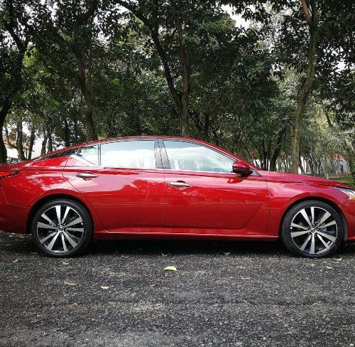 Vista lateral Nissan Altima 2020