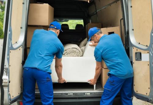 Vehículos mudanzas para transportar muebles, es muy común.