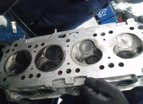 La superficie de cabeza de motor se mancha pierde el sello hermético.