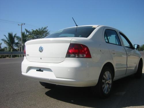 vw-golf-sedan-2009-atras-carretera2
